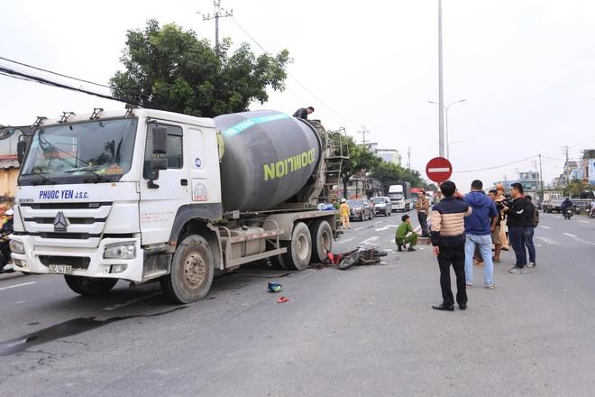 Nam thanh niên chết thảm, shipper thất thần sau tai nạn liên hoàn giữa 2 xe máy và xe trộn bê tông - ảnh 3