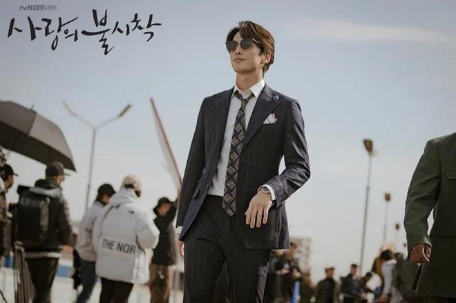3 lý do nên xem chuyện tình yêu xa độc lạ Crash Landing On You của đôi chị em Huyn Bin và Son Ye Jin - ảnh 5