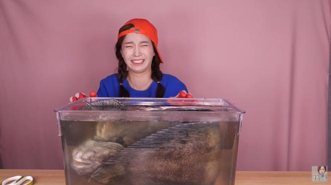 Chú cá siêu to khổng lồ lại còn mang danh xấu nhất hệ mặt trời khiến Youtuber Ssoyoung khiếp sợ đến mức phải hét lên cầu cứu - Ảnh 1.