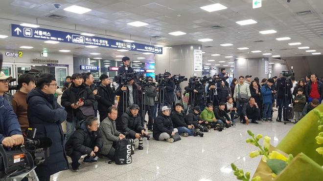 Báo chí Hàn Quốc đứng chật ở sân bay, săn đón U22 Việt Nam và HLV Park Hang-seo - ảnh 2