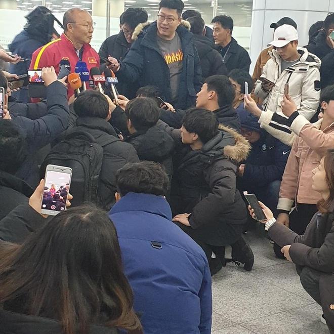 Báo chí Hàn Quốc đứng chật ở sân bay, săn đón U22 Việt Nam và HLV Park Hang-seo - ảnh 4