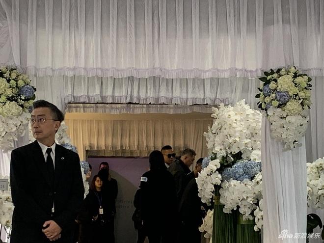 Ngày đưa tang Cao Dĩ Tường: Bạn gái cúi gằm mặt xuất hiên bên gia quyến, hàng trăm ngàn hạc giấy, hoa trắng phủ khắp nhà tang - Ảnh 7.