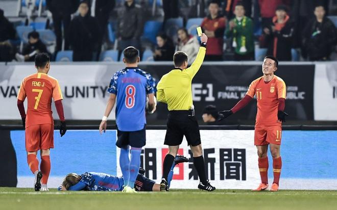 Rợn người với pha tung chân đạp thẳng vào đầu đối phương của tuyển thủ Trung Quốc, phản ứng sau đó của anh này càng làm fan phẫn nộ hơn - ảnh 3