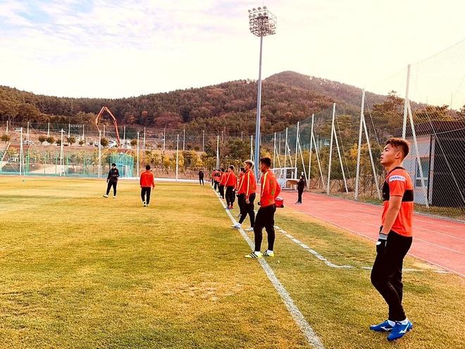 U23 Việt Nam hưng phấn tập luyện trong khung cảnh tràn ngập nắng vàng tại Hàn Quốc - ảnh 4