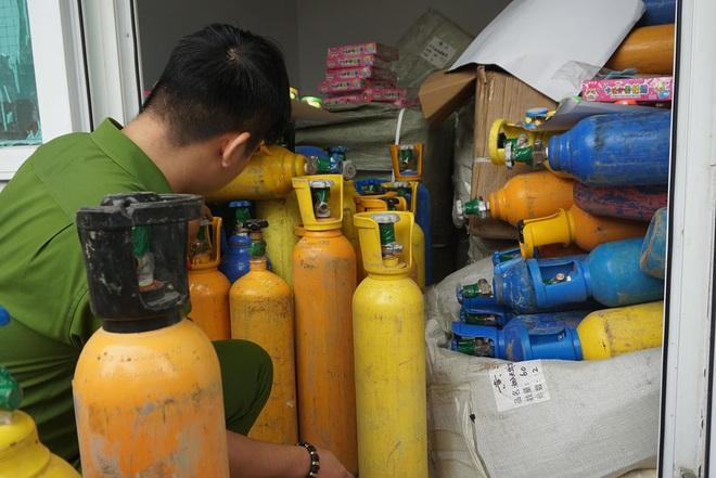 Bắt hơn 1 tấn khí bóng cười được ngụy trang như chở... Oxy để cung cấp cho các vũ trường ở Đà Nẵng - ảnh 3