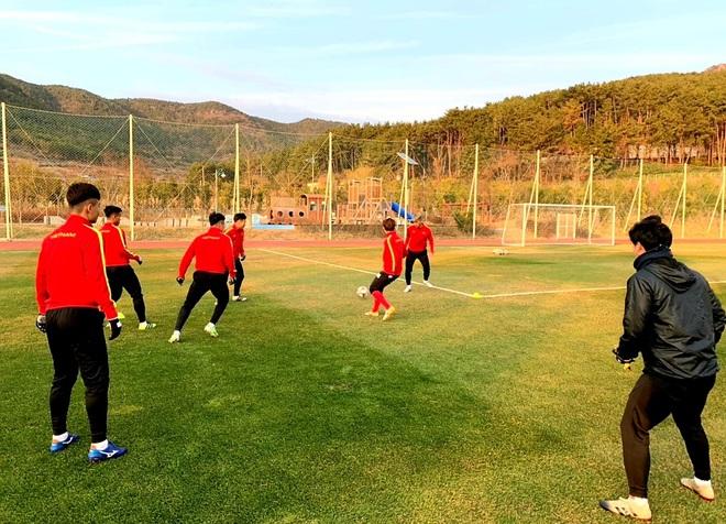 U23 Việt Nam hưng phấn tập luyện trong khung cảnh tràn ngập nắng vàng tại Hàn Quốc - ảnh 3