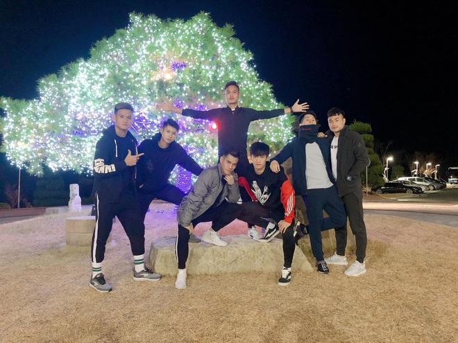 Dàn nam thần U23 Việt Nam dạo chơi Hàn Quốc: Quá nhiều sự điển trai, cool ngầu trong một khung hình - ảnh 1