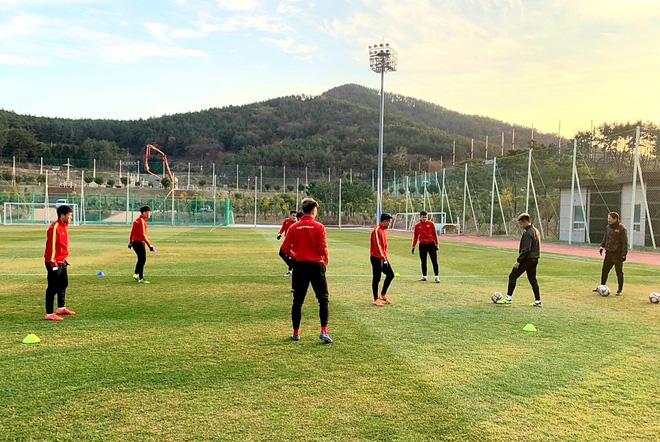 U23 Việt Nam hưng phấn tập luyện trong khung cảnh tràn ngập nắng vàng tại Hàn Quốc - ảnh 6