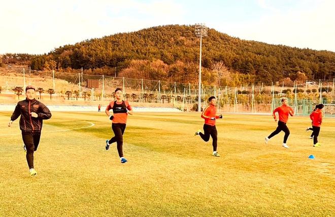 U23 Việt Nam hưng phấn tập luyện trong khung cảnh tràn ngập nắng vàng tại Hàn Quốc - ảnh 2
