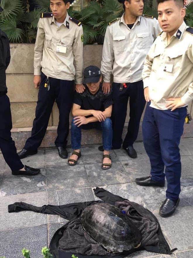 Hà Nội: Người đàn ông bắt được con rùa nặng hơn 10kg dưới hồ Gươm - Ảnh 1.