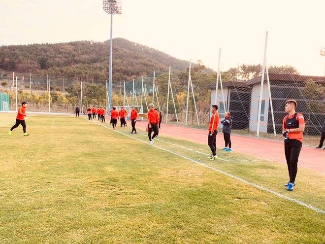 U23 Việt Nam hưng phấn tập luyện trong khung cảnh tràn ngập nắng vàng tại Hàn Quốc - ảnh 1