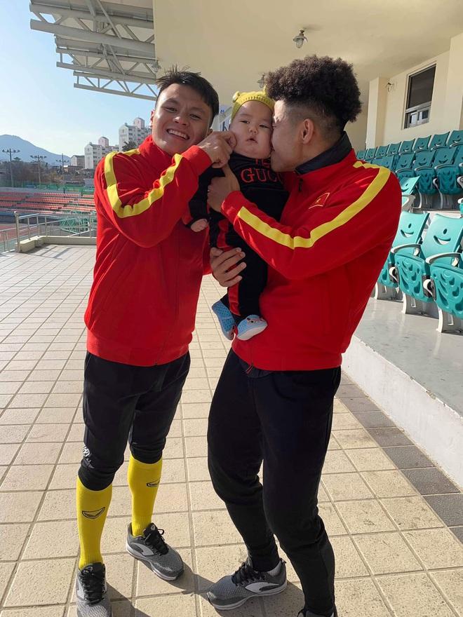 Bùi Tiến Dũng cưng chiều em bé ở Hàn Quốc, đặt tên là Tiểu màn thầu - Ảnh 1.