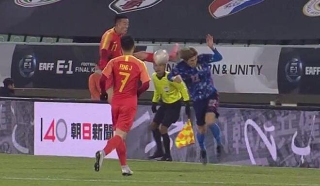 Rợn người với pha tung chân đạp thẳng vào đầu đối phương của tuyển thủ Trung Quốc, phản ứng sau đó của anh này càng làm fan phẫn nộ hơn - ảnh 1