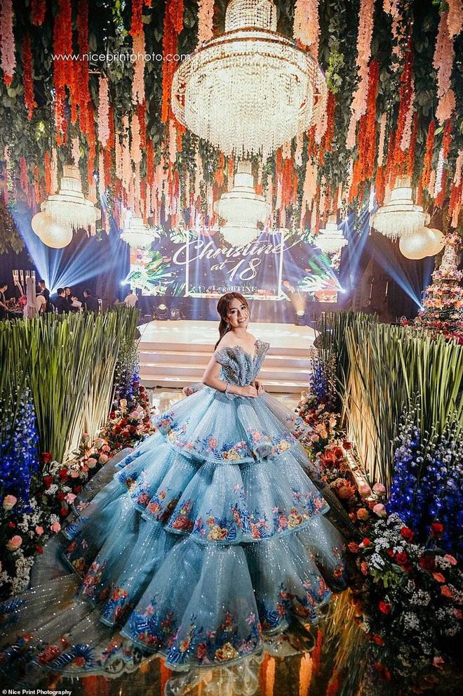 Sinh nhật 18 tuổi của Con nhà siêu giàu châu Á: Thay một lúc 6 bộ váy công chúa, bánh kem sương sương trăm triệu chứ nhiêu - ảnh 2