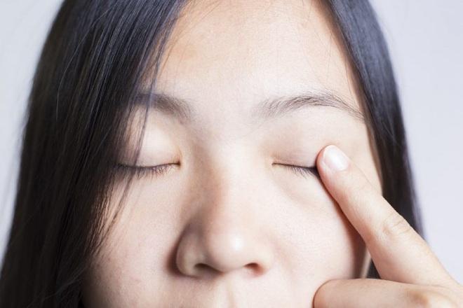 Mụn nổi ở mí mắt trên: dấu hiệu và cách xử lý để bạn bớt cảm thấy khó chịu - ảnh 6
