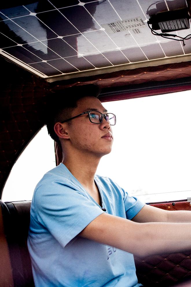 Cậu học sinh lớp 12 trong vòng 2 năm lắp ráp thành công 2 ô tô chạy bằng năng lượng mặt trời - Ảnh 11.