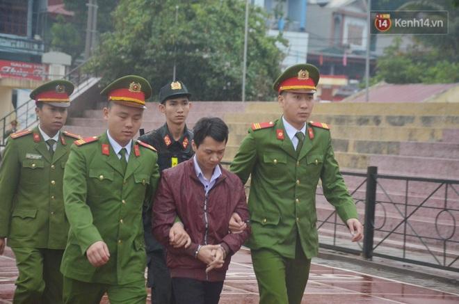 Ngày tuyên án vụ nữ sinh giao gà bị sát hại ở Điện Biên: Gia đình Duyên đeo khăn tang trắng, mang di ảnh đến toà - Ảnh 6.