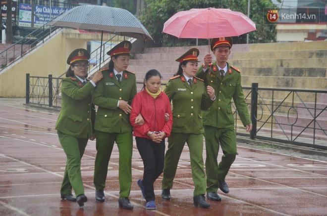 Ngày tuyên án vụ nữ sinh giao gà bị sát hại ở Điện Biên: Gia đình Duyên đeo khăn tang trắng, mang di ảnh đến toà - Ảnh 7.