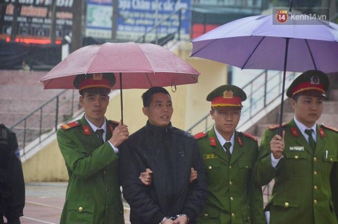 Ngày tuyên án vụ nữ sinh giao gà bị sát hại ở Điện Biên: Gia đình Duyên đeo khăn tang trắng, mang di ảnh đến toà - Ảnh 8.