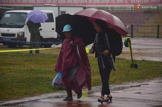 Ngày tuyên án vụ nữ sinh giao gà bị sát hại ở Điện Biên: Gia đình Duyên đeo khăn tang trắng, mang di ảnh đến toà - Ảnh 14.