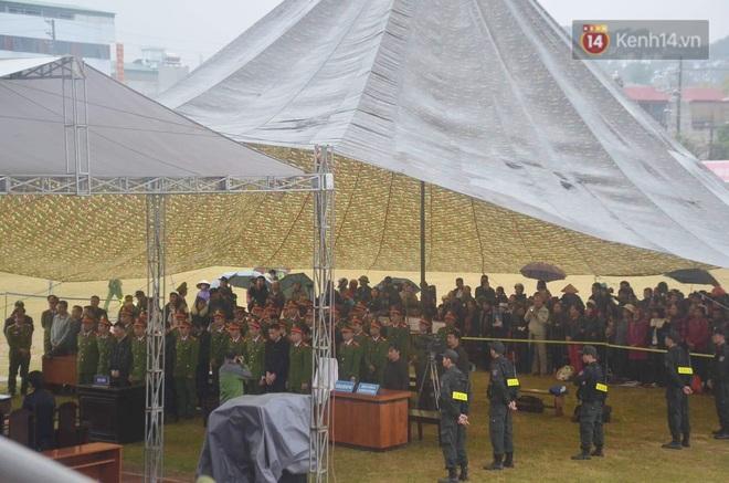 Ngày tuyên án vụ nữ sinh giao gà bị sát hại ở Điện Biên: Gia đình Duyên đeo khăn tang trắng, mang di ảnh đến toà - Ảnh 1.