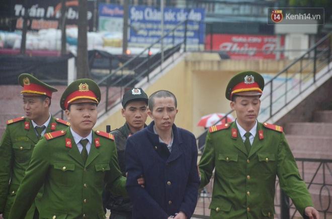 Ngày tuyên án vụ nữ sinh giao gà bị sát hại ở Điện Biên: Gia đình Duyên đeo khăn tang trắng, mang di ảnh đến toà - Ảnh 9.