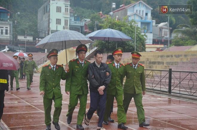 Ngày tuyên án vụ nữ sinh giao gà bị sát hại ở Điện Biên: Gia đình Duyên đeo khăn tang trắng, mang di ảnh đến toà - Ảnh 10.