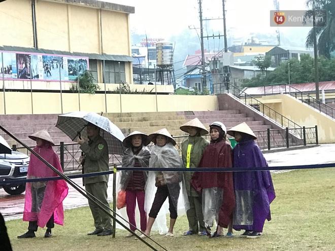 Ngày tuyên án vụ nữ sinh giao gà bị sát hại ở Điện Biên: Gia đình Duyên đeo khăn tang trắng, mang di ảnh đến toà - Ảnh 2.