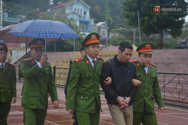 Ngày tuyên án vụ nữ sinh giao gà bị sát hại ở Điện Biên: Gia đình Duyên đeo khăn tang trắng, mang di ảnh đến toà - Ảnh 11.