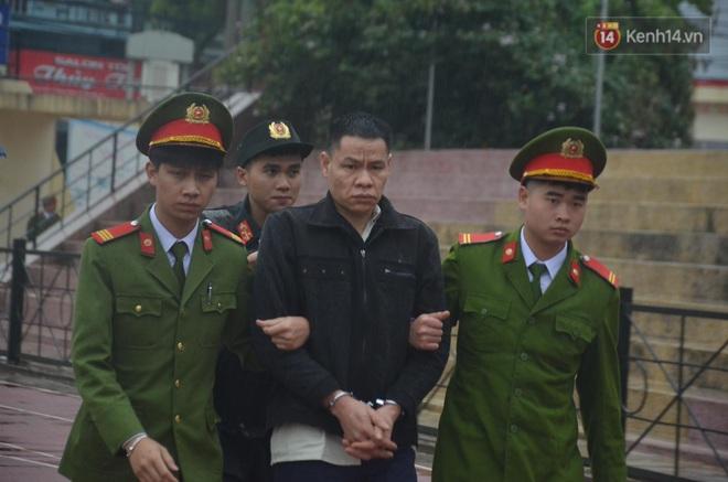Ngày tuyên án vụ nữ sinh giao gà bị sát hại ở Điện Biên: Gia đình Duyên đeo khăn tang trắng, mang di ảnh đến toà - Ảnh 12.