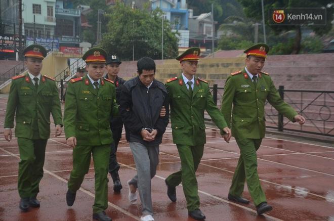 Ngày tuyên án vụ nữ sinh giao gà bị sát hại ở Điện Biên: Gia đình Duyên đeo khăn tang trắng, mang di ảnh đến toà - Ảnh 13.