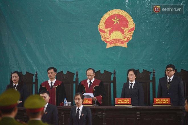 Ngày tuyên án vụ nữ sinh giao gà bị sát hại ở Điện Biên: Gia đình Duyên đeo khăn tang trắng, mang di ảnh đến toà - Ảnh 3.