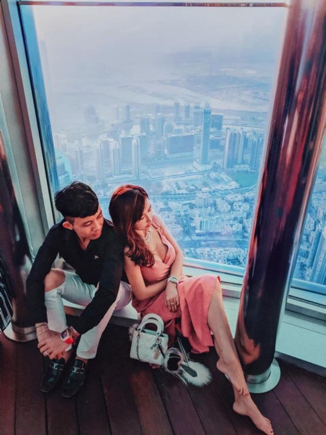 Lên đồ đi du lịch như nhà đại gia Minh Nhựa - Mina Phạm: Vợ thay 7749 bộ, chồng chỉ copy & paste nguyên một style - ảnh 7