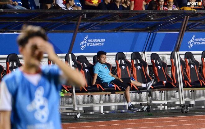Quang Hải buồn bã, hướng ánh mắt tiếc nuối về phía các đồng đội sau khi bất đắc dĩ rời sân vì chấn thương - Ảnh 5.