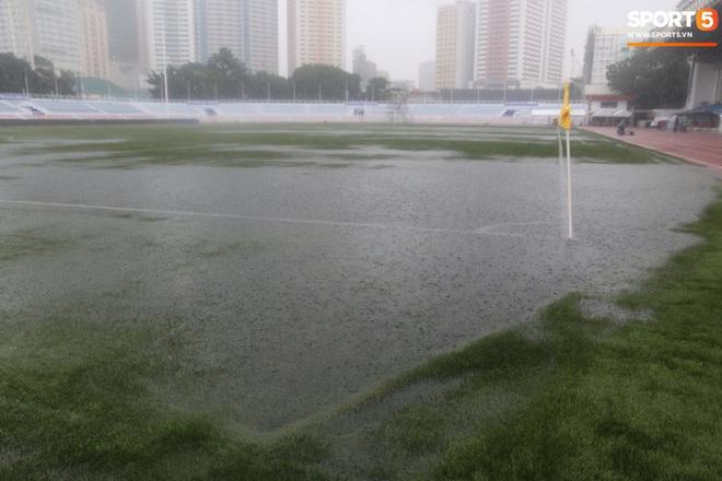 SEA Games 30: Trận đấu giữa U22 Việt Nam và U22 Singapore có thể bị tạm hoãn vì sân đấu ngập trong nước - ảnh 3