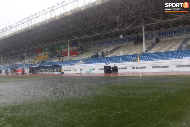 SEA Games 30: Trận đấu giữa U22 Việt Nam và U22 Singapore có thể bị tạm hoãn vì sân đấu ngập trong nước - ảnh 1