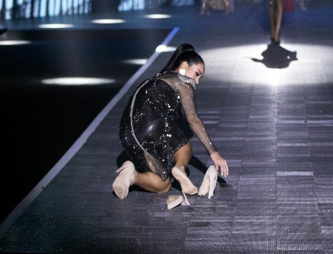 Nể phục Thúy Hạnh phản ứng khi gặp tai nạn chảy máu trên sàn diễn, tự tin catwalk chuẩn đăng cấp siêu mẫu đời đầu Vbiz - ảnh 1