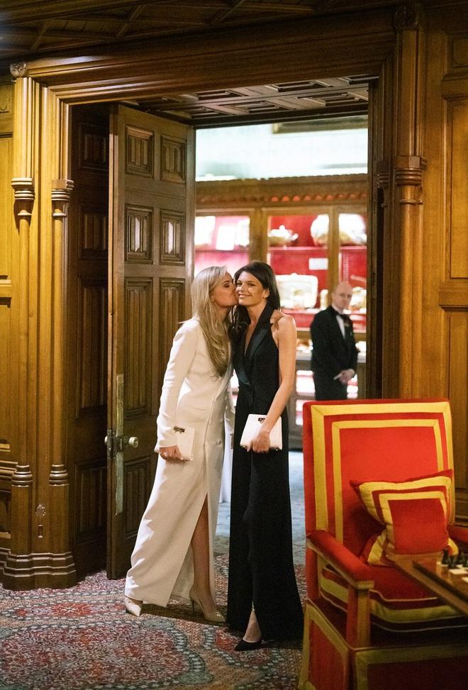 Chuyện tình bách hợp đẹp tựa cổ tích của nữ CDO Ralph Lauren: Gặp gỡ nhau qua một app hẹn hò, kết thúc bằng đám cưới trong một tòa lâu đài - ảnh 2