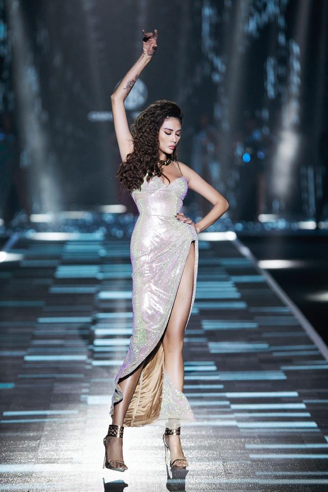 Hội siêu mẫu Việt nhiều thế hệ cùng quy tụ, chặt chém nhau trên sàn catwalk chói lóa của Chung Thanh Phong - ảnh 6