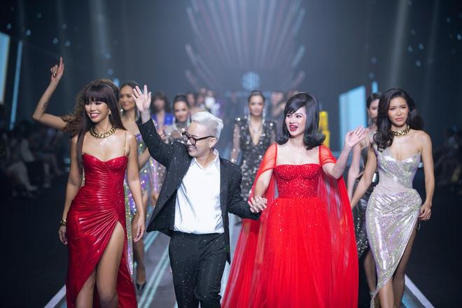 Hội siêu mẫu Việt nhiều thế hệ cùng quy tụ, chặt chém nhau trên sàn catwalk chói lóa của Chung Thanh Phong - ảnh 8
