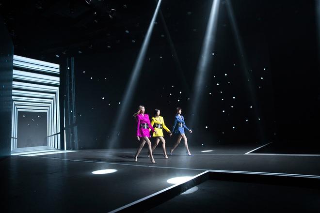 Hội siêu mẫu Việt nhiều thế hệ cùng quy tụ, chặt chém nhau trên sàn catwalk chói lóa của Chung Thanh Phong - ảnh 9