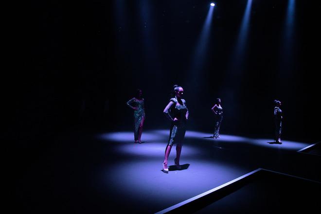 Hội siêu mẫu Việt nhiều thế hệ cùng quy tụ, chặt chém nhau trên sàn catwalk chói lóa của Chung Thanh Phong - ảnh 1