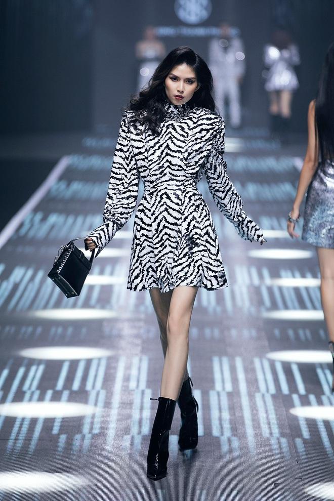 Hội siêu mẫu Việt nhiều thế hệ cùng quy tụ, chặt chém nhau trên sàn catwalk chói lóa của Chung Thanh Phong - ảnh 12