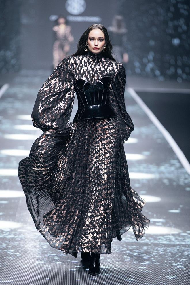 Hội siêu mẫu Việt nhiều thế hệ cùng quy tụ, chặt chém nhau trên sàn catwalk chói lóa của Chung Thanh Phong - ảnh 14