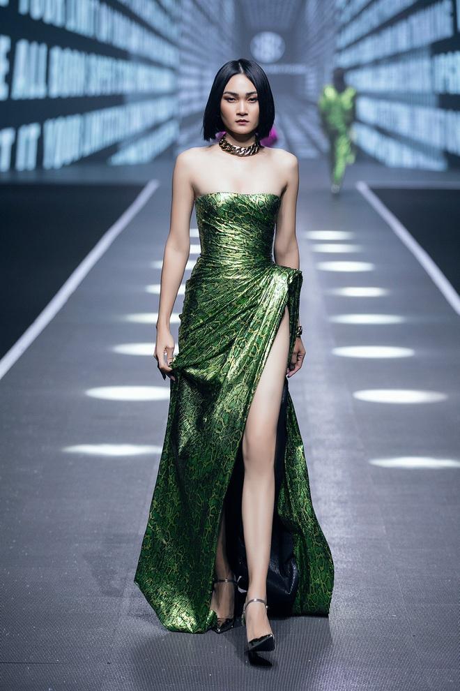 Hội siêu mẫu Việt nhiều thế hệ cùng quy tụ, chặt chém nhau trên sàn catwalk chói lóa của Chung Thanh Phong - ảnh 15