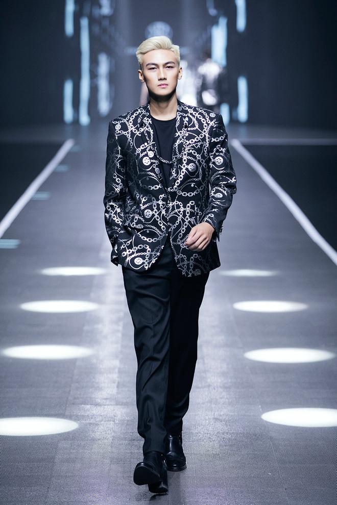 Hội siêu mẫu Việt nhiều thế hệ cùng quy tụ, chặt chém nhau trên sàn catwalk chói lóa của Chung Thanh Phong - ảnh 18