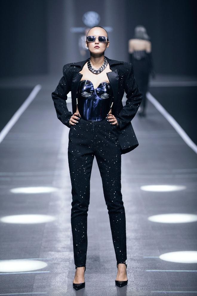 Hội siêu mẫu Việt nhiều thế hệ cùng quy tụ, chặt chém nhau trên sàn catwalk chói lóa của Chung Thanh Phong - ảnh 19