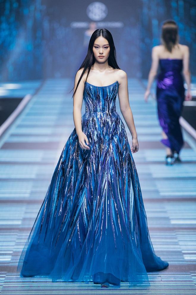 Hội siêu mẫu Việt nhiều thế hệ cùng quy tụ, chặt chém nhau trên sàn catwalk chói lóa của Chung Thanh Phong - ảnh 23