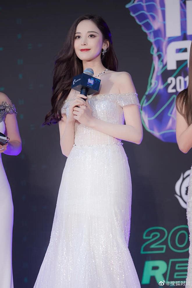 Nữ thần Cbiz hot nhất từ Hàn sang Trung hôm nay: Cổ Lực Na Trát khoe body nóng bỏng ở MAMA, ảnh hậu trường gây choáng - ảnh 8