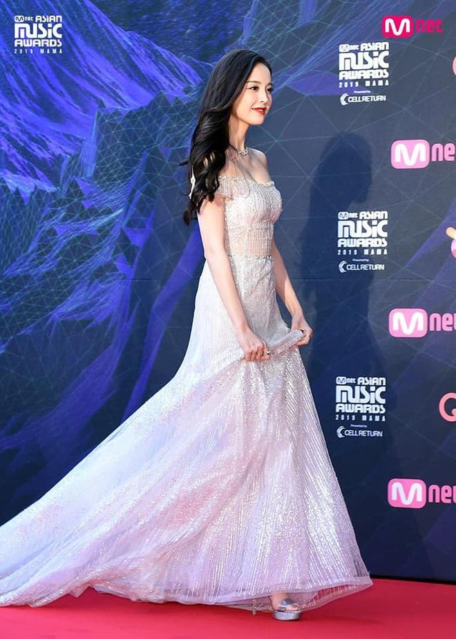 Nữ thần Cbiz hot nhất từ Hàn sang Trung hôm nay: Cổ Lực Na Trát khoe body nóng bỏng ở MAMA, ảnh hậu trường gây choáng - ảnh 6